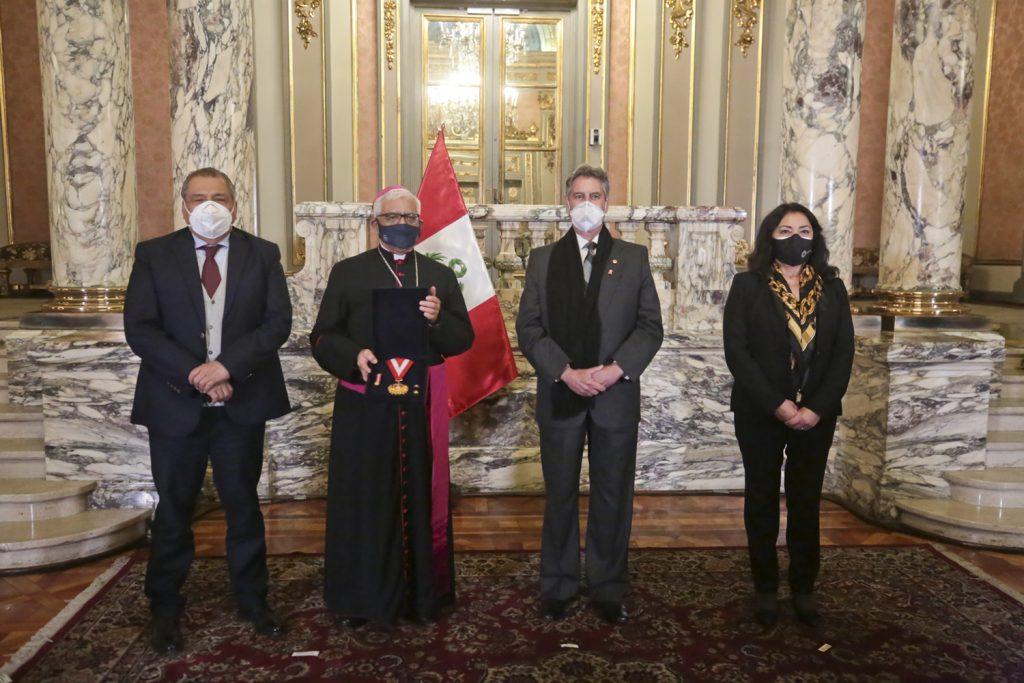 """Gobierno Peruano condecora al Presidente del Episcopado Peruano por su trabajo frente a la pandemia a través de """"Respira Perú"""""""