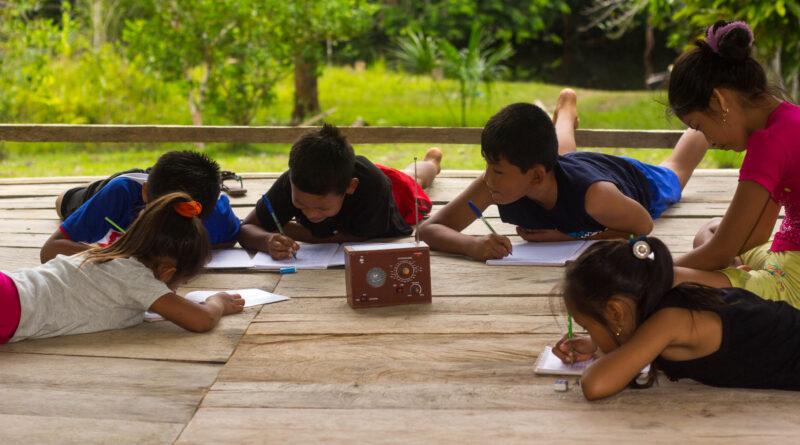 Vicariato de Iquitos entrega radios que hagan posible estudiar en la selva