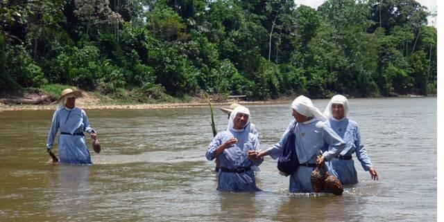 Donde no hay curas, allí están ellas: las monjas todoterreno llevando el evangelio
