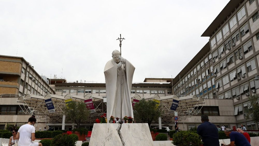 El Papa continúa su recuperación: el domingo rezará el Ángelus desde el Hospital