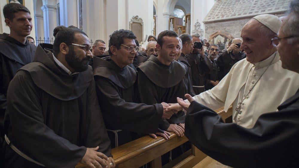 Papa a los franciscanos: «Enfrenten sus retos venciendo la ansiedad y el miedo»