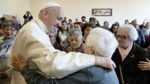 El Papa reza con los abuelos y los ancianos del mundo